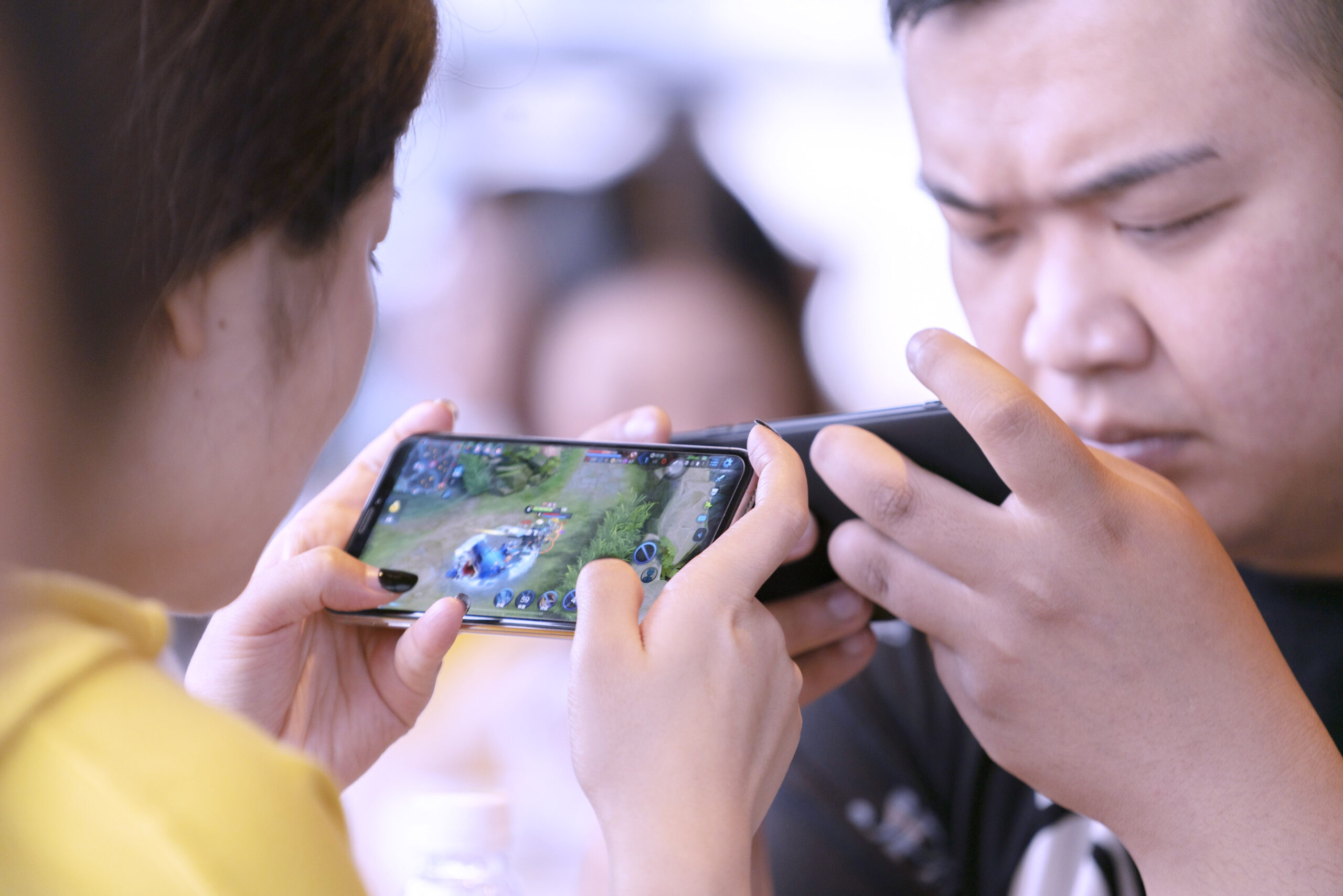 Mobile phone online games are rapidly entering the developing stage